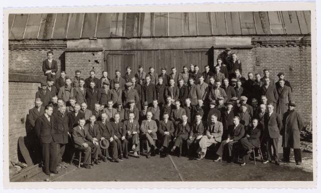 049869 - Directie en personeel van de N.V. Tilburgse Constructiewerkplaatsen en Machinefabriek v/h A. Hovers aan de Lovensestraat.