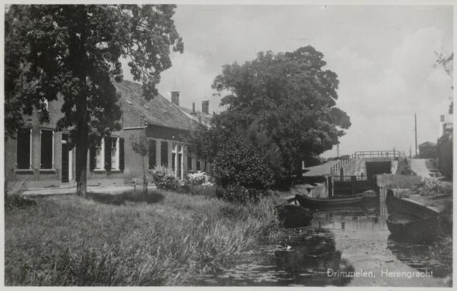 91761 - Made en Drimmelen. Foto / briefkaart van de Herengracht gestuurd aan de familie Oltmans-Post in Zaltbommel. Opmerkelijk op de briefkaart is het zinnetje dat Mejuffrouw Driesprong het Alleenverkooprecht heeft.