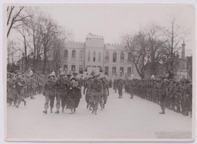 043633 - Bezoek van koningin Wilhelmina aan het bevrijde Tilburg en aan de vrijwilligers die dienst genomen hadden bij de Stoottroepen. Op de achtergrond het paleis-raadhuis. WOII; WO2