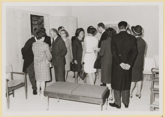 072980 - Opening gemeentehuis door de Commissaris van de Koningin Kortmann.  Bezichtigen van het gemeentehuis. Trouwkamer.