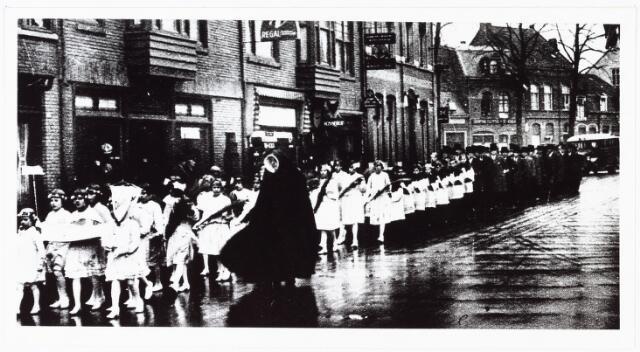009694 - Zilveren jubileum pastoor A. Eras, St. Anna parochie. Bruidjes begeleiden de pastoor naar de kerk November 1932 (hier in de Zomerstraat)