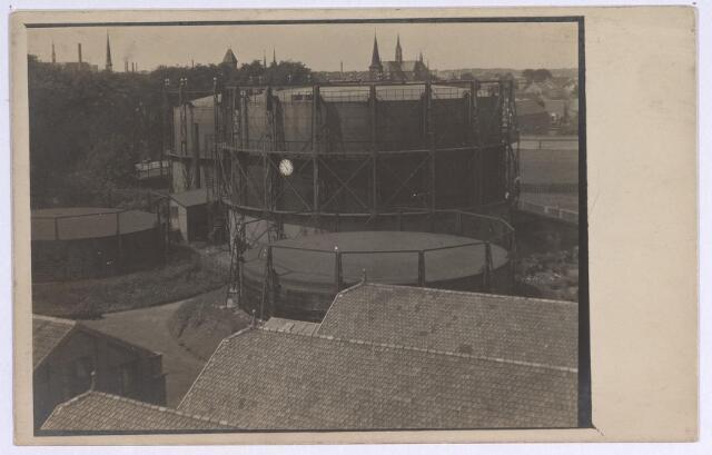 025162 - Gashouders op het terrein van de gasfabriek aan de Lange Nieuwstraat. Na sluiting van de fabriek in 1955 verrees op het terrein, na een bodemsanering in de jaren '60, een compleet nieuwe woonwijk