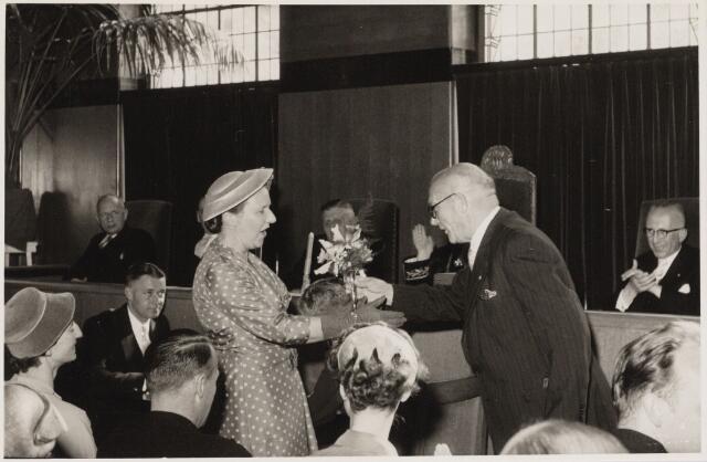 103433 - Afscheid burgemeester mr. E.H.J. baron van Voorst tot Voorst. Openbare raadsvergadering aanbieding cadeau aan mevr. van Voorst tot Voorst door de nestor J. van Nunen.