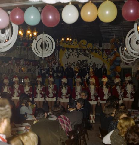 1237_011_825_002 - Ballefruttersgat. Feest. Carnaval in Goirle in februari 1975. Optreden van de Dansmariekes.