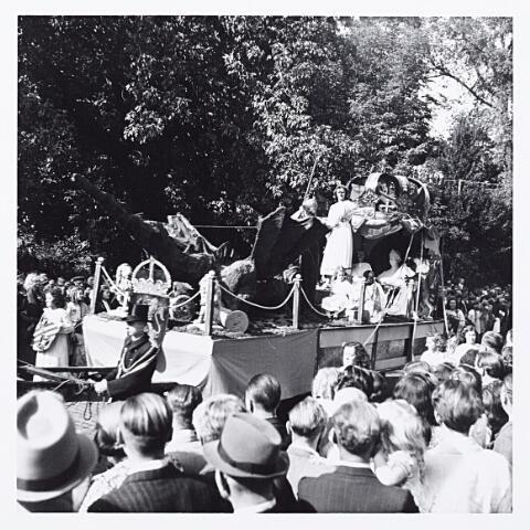 012211 - Tweede Wereldoorlog. Wagen in de bevrijdingsoptocht van 9 mei 1945 in het Wilhelminapark