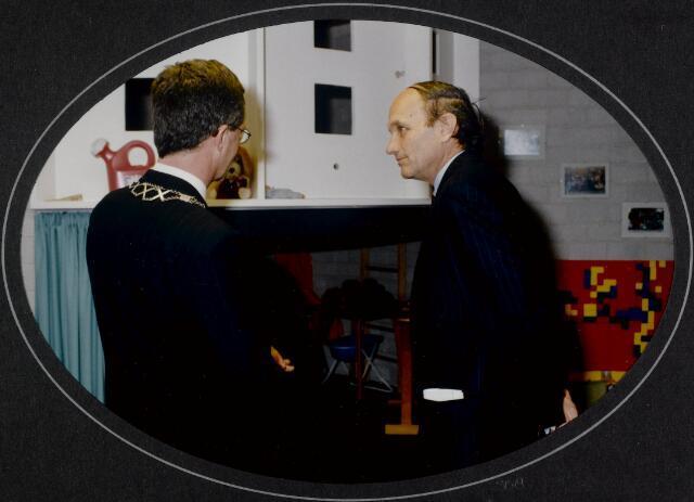 """91260 - Made en Drimmelen. Onderonsje tussen de commissaris van de Koningin in Noord-Brabant (1987-2003) de heer Houben (rechts) en de heer Jan Eizinga, burgemeester van Made (1990-2004) tijdens de officiële opening van het Sociaal Cultureel Centrum """"De Mayboom"""" in Made."""