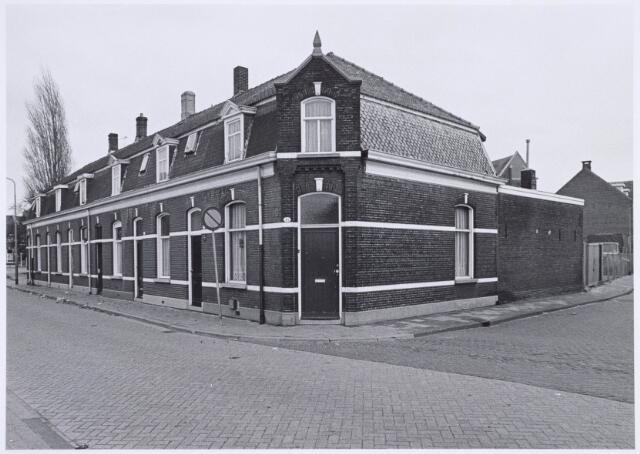 022507 - Van Hogendorpstraat, met rechts de Kapelstraat. Links op de achtergrond de Goirkestraat. In het hoekpand was in het begin van de 20e eeuw een kruidenierszaak van Van Huijkelom gevestigd. Ernaast in de Kapelstraat was een café.