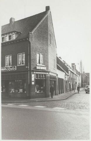 031109 - Winkel in radio's en televisies aan de Bredaseweg 24, nu Schouwburgring.