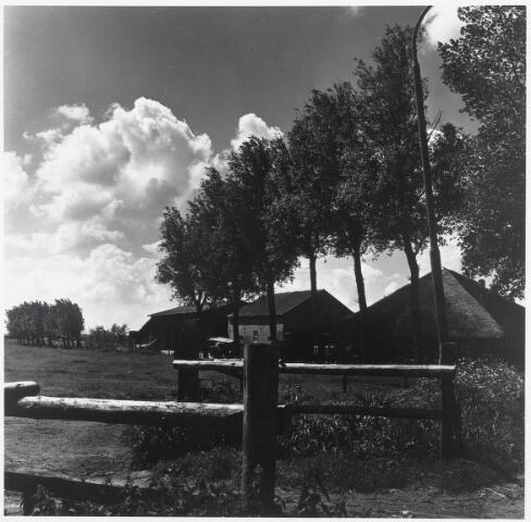 "90502 - Made en Drimmelen. Boerderij aan de Wagenbergsestraat in Stuivezand. (tussen Made en Wagenberg). Brochure ""Made en Drimmelen, wonen aan de Biesbosch""."