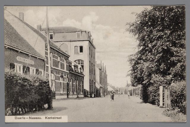 065570 - Inkijk in de Pastoor de Katerstraat in 1915; geheel links café Statiezicht, tevens schoenmakerij van Willekes, het woonhuis van timmerman-aannemer L. Rombouts, de kruidenierswinkel van D Wouters en het broederklooster. Rechts de voortuin van de woing van dr. Govaerts