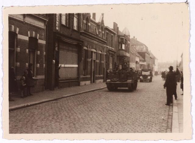 013342 - Tweede Wereldoorlog. Bevrijding.  Wagens van het Engelse leger in de Koningstraat (thans Paleisring), op weg naar het stadhuis op de Markt