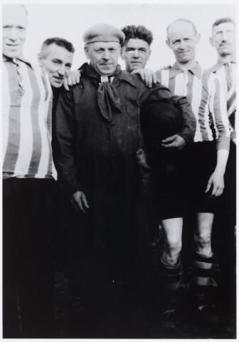 054085 - Sport. Voetbal. Broekhoven. Foto gemaakt door kapelaan Tychon van de parochie Broekhoven II (H.Familie), die oprichter was van de vereniging  Op de foto v.l.n.r. Frans Couwenberg, Thijs Brouwers, Pollet, Willemsen, Jan van Corven en Joore.