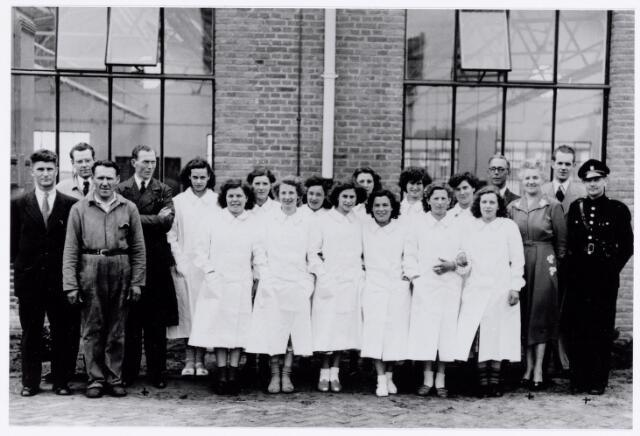 038747 - Volt. Atelier Oosterhout. De dames met witte jasschort waren de eerste 12 productie-medewerksters die op 15 mei 1951( de startdatum vande fabricage) van start gingen. Helaas zijn hun namen ons onbekend. Verder zien we op de foto uiterst links Dhr.J. Vermeulen Pers. Zaken, 2e van links Dhr. van Riet onderhoudsdienst, 3e van links ?,  4e van links Dhr. v.d.Put onderbaas. Uiterst rechts Dhr.Vugts bewaking, 2e van rechts Dhr.Chris van Erven Administratie, 3e van rechts Mw. Helsloot Sociale zaken, 4e van rechts Dhr. de Vleeschouwer bedrijfsleider,Volt Oosterhout. Fabricage- of productie vond in Oosterhout plaats van mei 1951 t/m 1967.