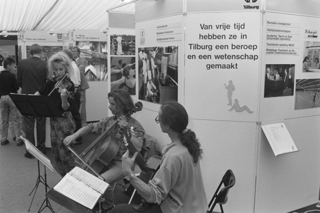 TLB023000110_001 - Leerlingen van de Tilburgse Dans- en Muziekschool spelen tijdens de Onderwijsexpositie.