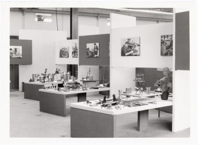 038913 - Volt. Noord. Tentoonstelling i.v.m. het 25 jarig bestaan van de Volt vaklieden opleiding in september 1964. Overzicht van gemaakte werkstukken met links achteraan een speciale tafel met plaatwerk. De tentoonstelling trok 6000 bezoekers, ook van buiten Volt.