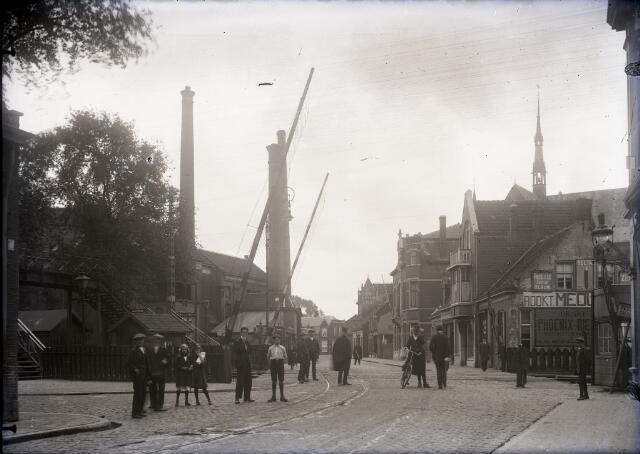 650568 - Schmidlin. De overweg aan de Gasthuisstraat, gezien in de richting van de Noordstraat. Rechts op de achtergrond is de toren van de Noordhoekse kerk nog zichtbaar. Foto omstreeks 1925.