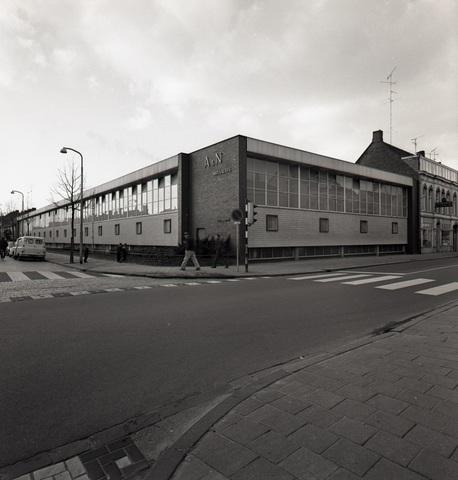653830 - Industrie. Textielfabriek van A. & N. Mutsaerts op de hoek van de Gasthuisring en de Phillip Vingboonstraat. Dit gebouw werd vervangen door woningbouw.