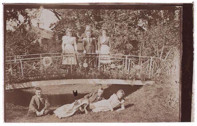 003748 - Familiefoto. In de tuin van de familie Bart Brands-Jansen in de Heuvelstraat, waar nu V & D staat. Textielfabrikant Norbertus Waltherus Wilhelmus (Bart) Brands (1841-1916), onder, tweede van rechts, zijn vrouw Cornelia Joanna Maria Jansen (1854 -1917), boven, midden, en hun kinderen.