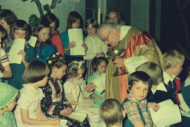 1237_012_978_010 - Religie. Kerk. Katholiek. Communicanten. De eerste Heilige Communie in de Sint Lidwina parochie in mei 1976.