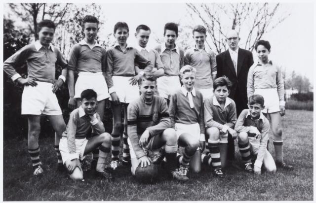 054089 - Sport. Voetbal. Broekhoven. Het jeugdelftal van K.S.Broekhoven omstreeks 1960. Leider van het elftal is Piet Willemd (staande tweede van rechts)  De namen van de spelers zijn niet bekend.