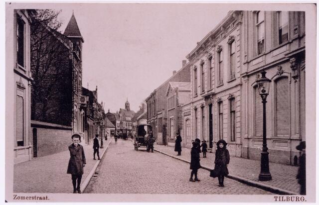 037391 - Zomerstraat. Rechts bij de lantaarnpaal het pand van Theodorus C.J. Bronsgeest. Na hem woonde er notaris Eduard J. Hoeckx. Het volgende pand, M468, vanaf 1910 Zomerstraat 60, werd rond 1900 bewoond door de agent in manufacturen Felix Alfred Sträter, geboren te Amsterdam op 13 januari 1841 en overleden te Tilburg op 10 april 1902. Hij was getrouwd met Maria C.A.Ph. Ariëns, geboren te Utrecht op 22 mei 1852 en overleden te Tilburg op 4 augustus 1911. Daarna woonde er Theodorus J.M. Sträter, manufacturier, geboren te Tilburg op 31 augustus 1880. Hij was getrouwd met Elisabeth M.J. Verheijen, geboren te Nijmegen op 6 mei 1884. In 1928 verhuisde het echtpaar naar Hilversum. Het pand kwam in handen van notaris Hoeckx, die er zijn notariskantoor vestigde. Links van dit pand de toegang tot kantoor en wollenstoffenfabriek van de firma F.M. Sträter.