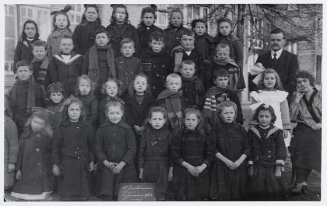056847 - Basisonderwijs. Klassenfoto. Lagere school te St. Joachimsmoer. Staande rechts het hoofd van de school Emiel E.G. Verhelst.