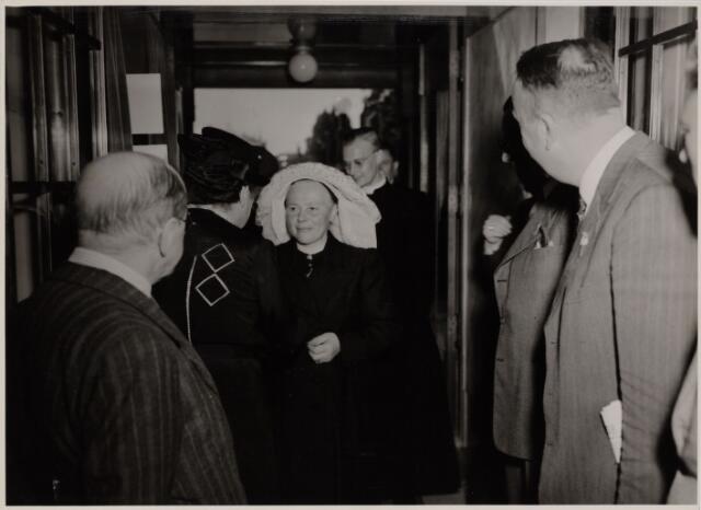 103756 - Tentoonstelling Kunstkring Tilburg. Jubileum tentoonstelling Oude Kunst in Brabants bezit. Mevr. J. van de Mortel-Houben, Kapitein  G. Vrins, dr. Vercammen, Burgemeester van de Voorst tot Voorst.