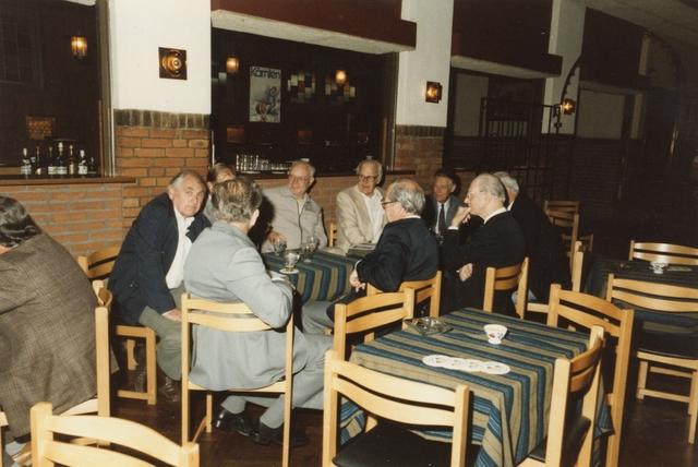 800106 - Sport. Voetbal. Voetbalvereniging R.K.S.V. Taxandria in Oisterwijk. Receptie ter gelegenheid van het 40-jarige jubileum. Oud-voetballers van het eerste elftal zitten bij elkaar aan tafel.