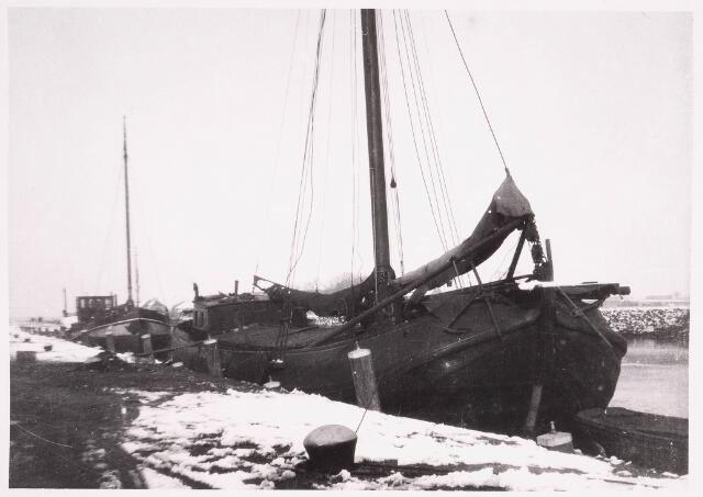 034732 - Een zogenaamde Oostzeetjalk ligt aangemeerd in het Wilhelminakanaal in 1933