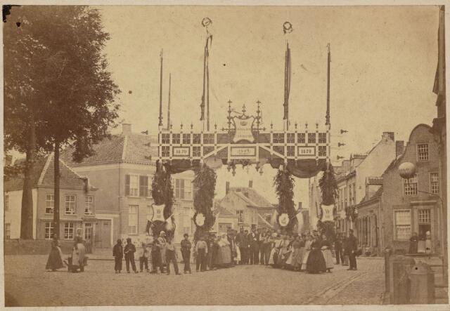 102224 - Markt. Koninklijke Bezoeken. Ereboog ter gelegenheid van het bezoek van koning Willem III van 9 tot 15 september 1870.