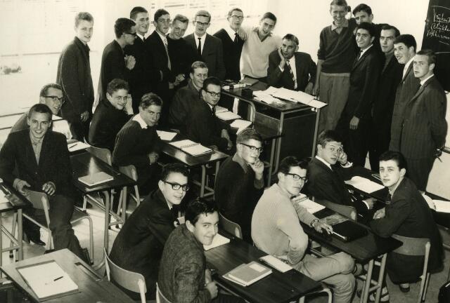 092102 - Klassefoto van klas 5D van de St. PAULUS-HBS, 1963-1964. Docent: dhr. Th. Dirks, geschiedenis.