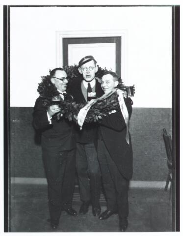 051946 - Hoger Voortgezet Onderwijs. R.K. Handelshogeschool te Tilburg. Eerste  Doctorale -Examen aan de R.K. Handelshogeschool te Tilburg. Gisteren slaagden voor de doctorale examen in de handelswetenschappen de eerste drie kandidaten. Tijdens de huldiging van de studenten ziet men v.l.n.r de heren: J. Gustav Frohn (1898-1966), P.P van Berkum uit Den Haag (met lof) en Ch.L.H. Truijen uit Tilburg.
