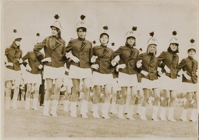 084866 - Majorettes geven demonstratie op het sportveld
