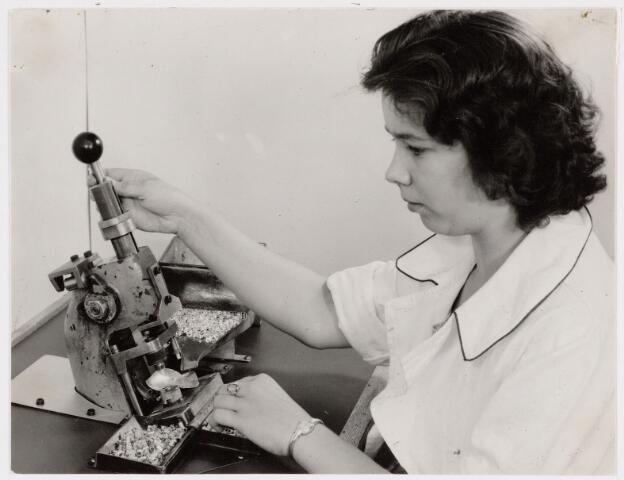 050129 - Volt, Zuid, Productie, Fabricage, Condensatoren. Montage van de keramische buis in de stator van de keramische buistrimmer omstreeks 1960.