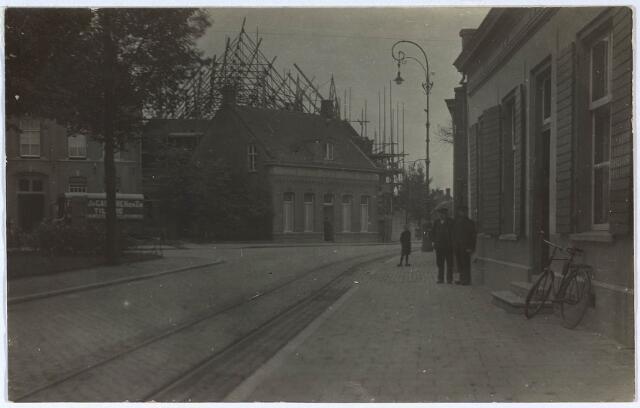 024525 - Bouw van de nieuwe Korvelse kerk in 1923. Het ervoor staande schooltje zou worden gesloopt