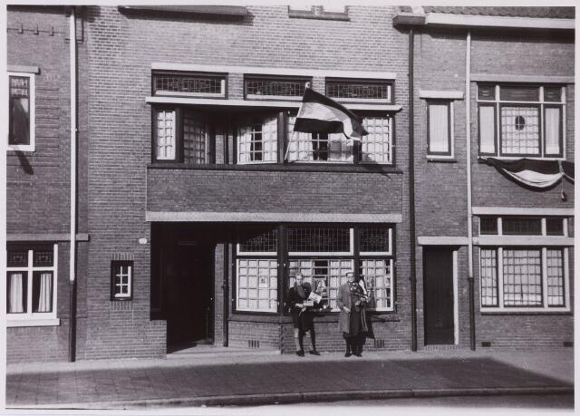 012248 - WO2 ; WOII ; Tweede Wereldoorlog. Bevrijding. Twee kinderen voor de blokhoofdpost van de Luchtbeschermingsdienst aan de Nieuwe Bosscheweg staan klaar om de bevrijders welkom te heten