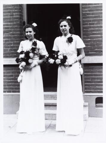 007265 - Bruidsmeisjes bij, Alb.F.W.M. Kneepkens (apotheker) en Riet H.C. de Pont. Huwelijksinzegening op 2 mei 1942 te 10.00 in de kerk van het Heilig Hart Noordhoek Tilburg.