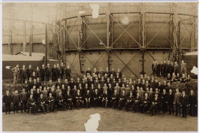 104195 - ambtenaren gemeentelijke gasfabriek aan de Lange Nieuwstraat