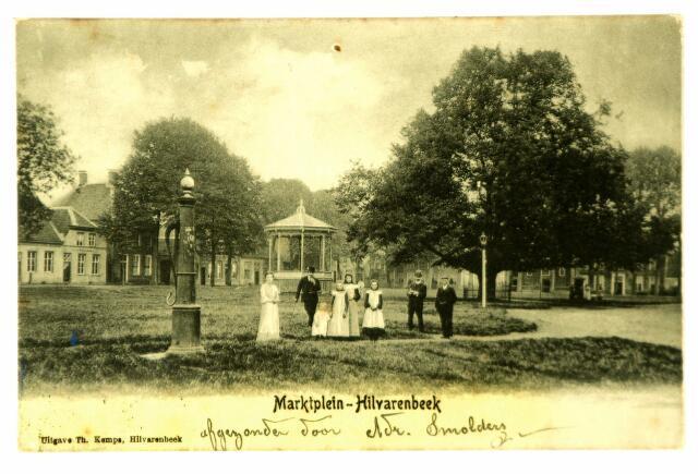 054718 - Het Vrijthof met op de voorgrond een van de dorpspompen. Op de achtergrond de muziekkiosk gebouwd in 1895 naar een ontwerp van Antoon Verhoeven.