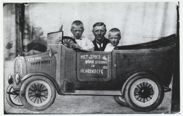 055296 - Op deze kermisfoto staan van links naar rechts: Hendrik Wijten, zijn vader Jan Hendrik en Willem Wijten.