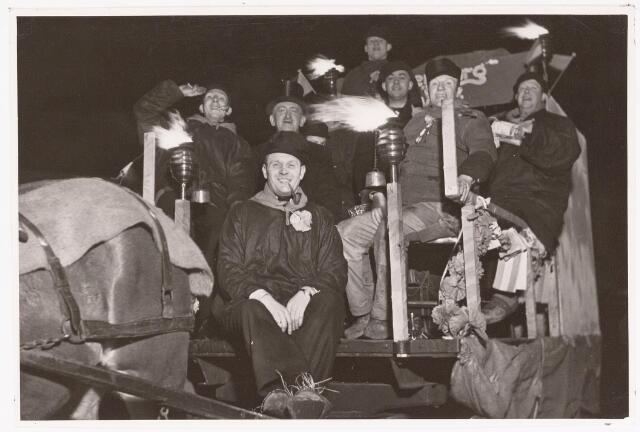 042708 - Deelnemers aan de fakkeloptocht op Prinsessedag, 1 februari 1938, daags na de geboorte van prinses Beatrix. Tussen deze groep uit Moerenburg zit VVV-directeur Harrie van Beurden