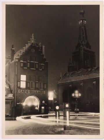 036135 - Stadhuisplein. De Heikesetoren bij avond wintertafereel.
