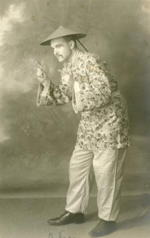 """601987 - portret van man, verkleed als """"chinees"""".Vermoedelijk voor carnaval"""
