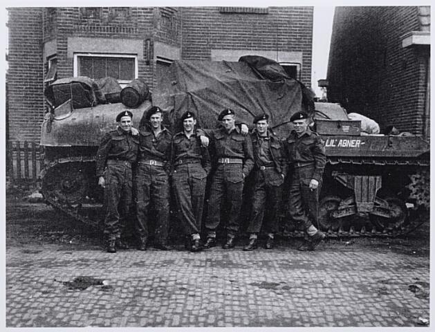 012093 - Tweede Wereldoorlog. Bevrijding. Soldaten van de Canadian Armoured Tank Corps the Kangooroos in Tilburg in 1944 (reproductie)