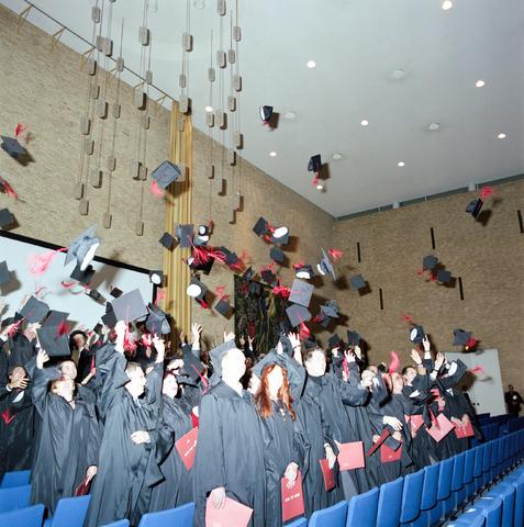 """D-00674-A - [Diploma] uitreiking - Universiteit van Tilburg (Voor het boek """"Beeld van een universiteit"""")"""