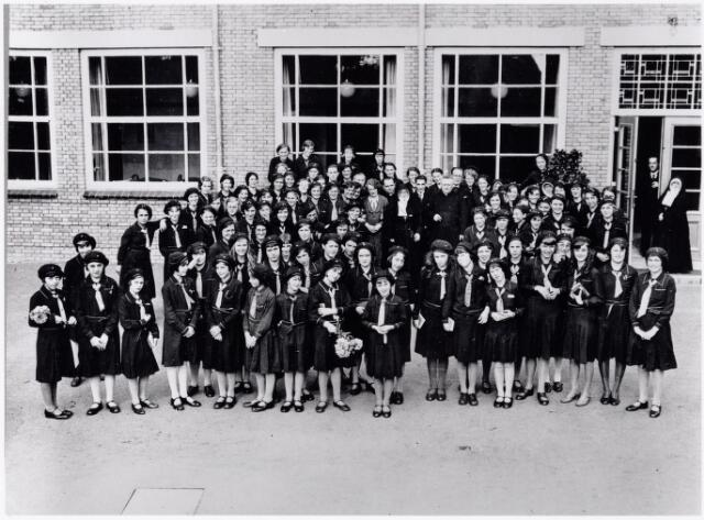 051626 - Middelbaar onderwijs. Klassenfoto. Leerlingen en leraren van het R.K. Theresialyceum. De meisjes dragen een schooluniform, blauwe rok met iets grijs naar boven. Dit uniform werd in 1969 afgeschaft. De foto is gemaakt tijdens de inwijding van het nieuwe schoolgebouw. Theresia-dag