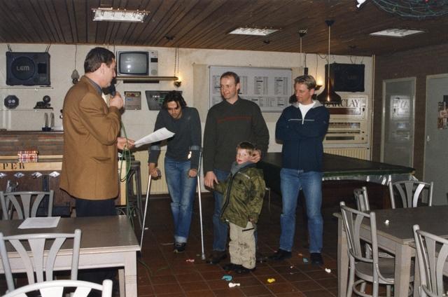 800088 - Sport. Voetbal. Voetbalvereniging R.K.S.V. Taxandria in Oisterwijk. Jubilarissen tijdens de nieuwjaarsreceptie in 2002.