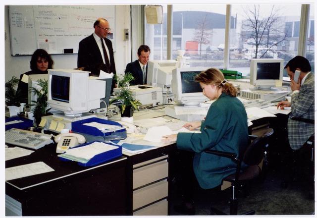 039422 - Volt, Noord. Hulpafdelingen, Administratie. Van 1991 tot medio 1992 was bij Volt een Bundling and Assembly Center (BAC) gevestigd. Hier werden in hal NB ( Van gloeilamp tot hoogspanningstrafo bldz. 48 )  personal computers geassembleerd en gebundeld. De verzending geschiedde door Frans Maas B.V. die daartoe gebouw NO, het vroegere veem, van Volt huurde. In 1992 was er een ernstige stagnatie op de markt voor P.C.'s en werd besloten BAC te sluiten en het werk te concentreren in Montreal (Canada). Navrant is dat enkele jaren later de Firma Acer met dezelfde aktiviteiten in de goed ingerichte fabriek zo aan de slag kon. Op de foto het ordercentrum van BAC.