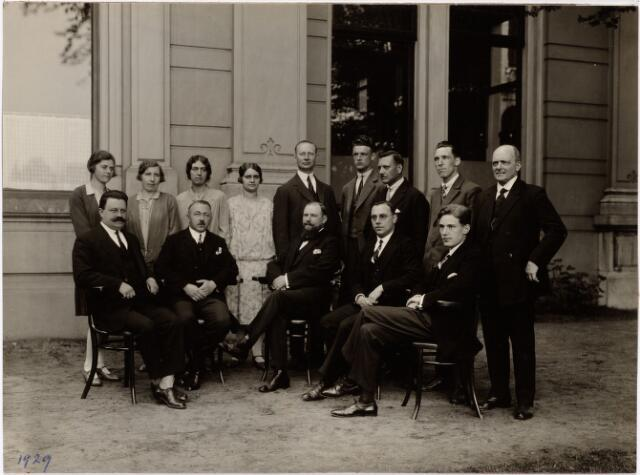052147 - Onderwijs. Textielschool. Groepsfoto van het personeel met in het midden dhr. Handels (directeur).