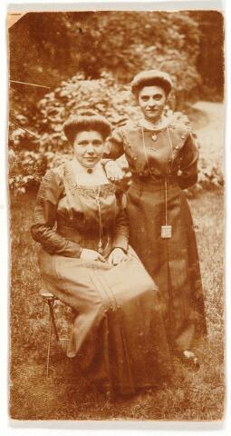 063834 - Zittend Cornelia van Loon, geboren te Zevenbergen op 12 april 1886, overleden te Tilburg op 19 juni 1959 (trouwde Adrianus W. Verhoof) en haar zus Catharina (Cato) van Loon, geboren te Zevenbergen op 8 maart 1890 en overleden te Tilburg op 8 mei 1963 (trouwde B.Chr. Geerts). Zij waren dochters van tuinier Gerardus van Loon en Johanna van de Luitgaarden.